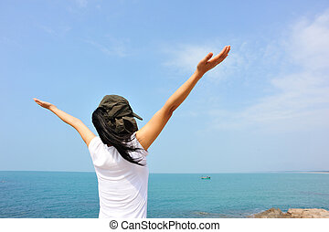 femme, applaudissement, bras ouvrent, bord mer