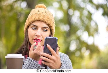 femme, application rouge lèvres, regarder, téléphone, maquillage, miroir, confection, aimer