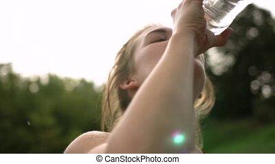 femme, après, eau, jogging, bouteille, boire
