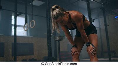 femme, après, intense, gym., délassant, motion:, workout., fatigué, modèle, exercice, crise, fitness, lent, sain, femme, formation, force, debout, grand plan
