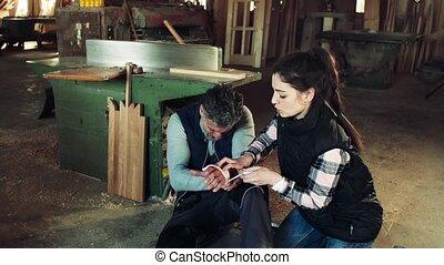 femme, après, ouvrier, main, bander, accident, workshop.,...