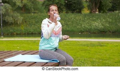 femme, après, parc, exercisme, eau, boire