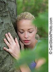 femme, arbre., jeune, étreindre