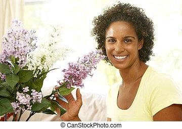femme, arrangement fleur, chez soi