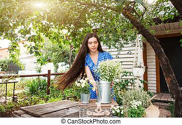 femme, arrière-cour, décorer, fleurs, jeune