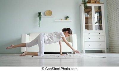 femme, asana, pregnant, yoga, pratiquer, tigre, maison