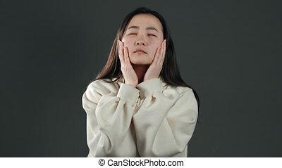 femme asiatique, étudier, ou, fatigué, travail, décue, percé, sur, frustré, gris, arrière-plan., girl, mur, impuissant, elle