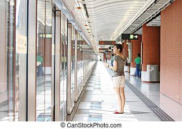 femme asiatique, attente, pour, train