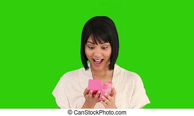 femme, asiatique, cadeau, ouverture