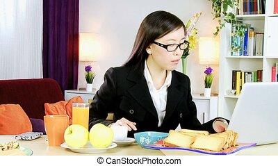 femme, asiatique, fonctionnement, maison