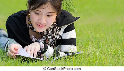 femme asiatique, lecture, cahier, sur, les