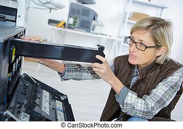 femme, assembler, usine, imprimante