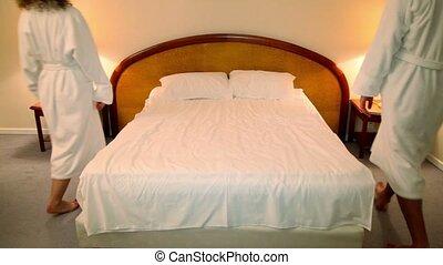 femme, asseoir, lit, peignoirs, chambre à coucher, venir, homme
