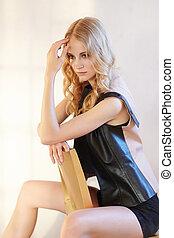 femme, assied, chair., blonds