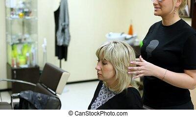 femme, assied, dans, salon coiffure, dans, siège, faire,...
