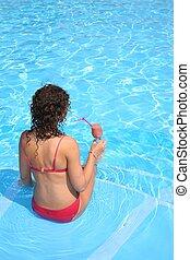 femme, assied, piscine, boisson