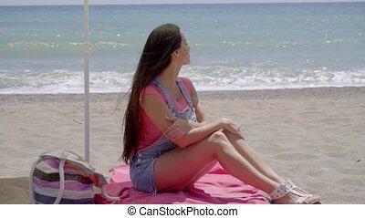 femme, assis, sur, couverture, à, plage