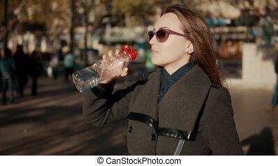 femme, assoiffé, business, ouverture, bouteille eau, dehors,...