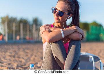 femme, athlète, porter, écoute, musique, fitness, lunettes soleil, beau