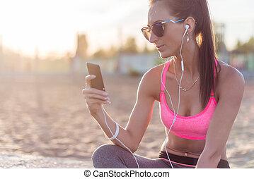 femme, athlète, reposer, porter, écoute, musique, fitness, lunettes soleil, beau