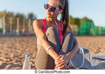femme, athlète, reposer, porter, après, écoute, musique, fitness, lunettes soleil, résoudre, beau