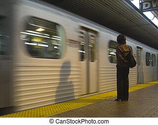 femme, attente, pour, métro