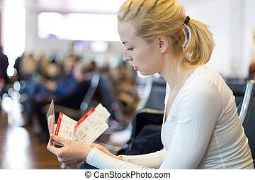 femme, attente, sur, aéroport, terminal.