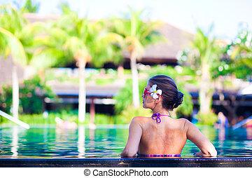 femme, attraactive, jeune, luxe, portrait, sourire, piscine