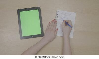 femme, avoir, tablette, sommet, temps, liste, cahier, gratuite, écriture, pc, planification, vert, mains, écran, clous, rouges, vue