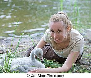 femme, bébé, lac, jeune oiseau, cygne, banque