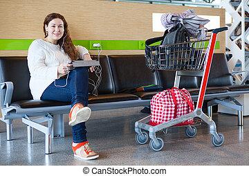 femme, bagage, séance, jeune, salon, aéroport, hand-cart, caucasien, heureux