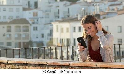 femme, balcon, téléphone, copie, utilisation, heureux, espace, mobile