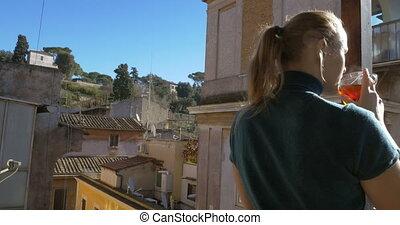 femme, balcon, tasse, thé, apprécier, vue