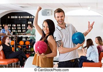 femme, balles, tenue, bowling, excité, homme