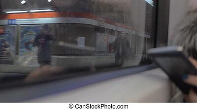 femme, banlieusard, mobile, cavalcade, métro, utilisation, pendant