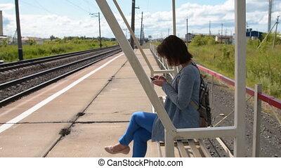 femme, banlieusard, mobile, quoique, plate-forme, attente, train, utilisation