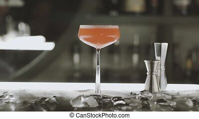 femme, barre, prend, cocktail