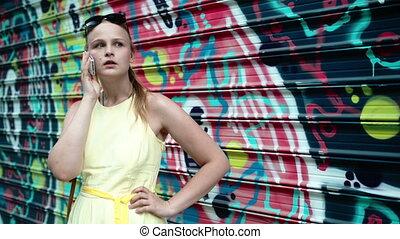 femme, bavarder, elle, mobile, graffiti, devant