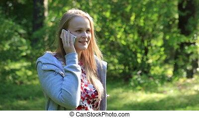 femme, bavarder, elle, téléphone portable, dehors