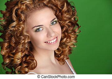 femme, beauté, bouclé, arrière-plan., vert, séduisant, hair., portrait, sourire, portrait.