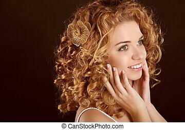 femme, beauté, bouclé, sombre, arrière-plan., portrait., séduisant, hair., portrait, sourire