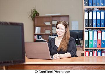 femme, beauté, bureau, ordinateur portable, bureau, intérieur, caucasien