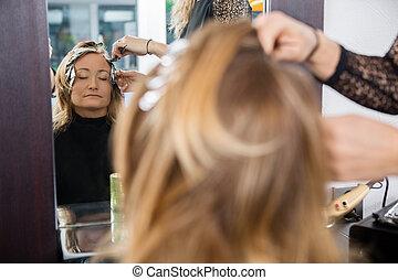 femme, beauté, cheveux teints, salon, avoir