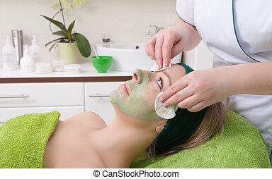 femme, beauté, enlever, face., masque, facial, cosmetician, salon.