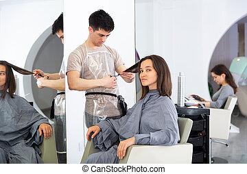 femme, beauté, pendant, coupures, client, salon, cheveux