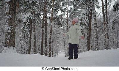 femme, beauté, promenade, complet, apprécie, hiver, health., adulte, utile, âge, ski, forest., très, admire, wood., retraité, rest.