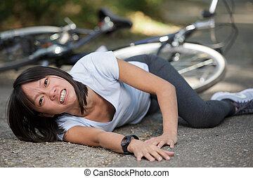 femme, blessé, cycliste, accident, après, jeune, elle-même, mal
