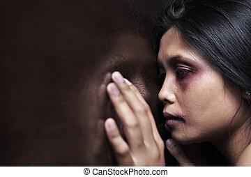 femme blessée, tristement, mur bois, penchant