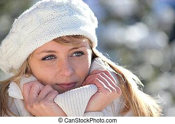 femme, blottir, haut, à, elle, habillement chaud