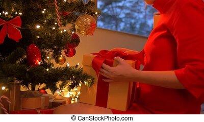 femme, boîte, arbre, cadeau, sous, noël, prendre